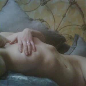 The sensual Scarlett Johansson taking a fully nude selfie