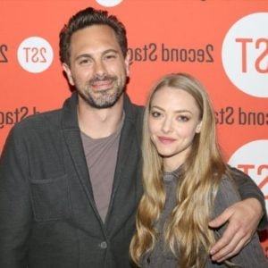 amanda seyfried poses with her husband for a pic at awards show