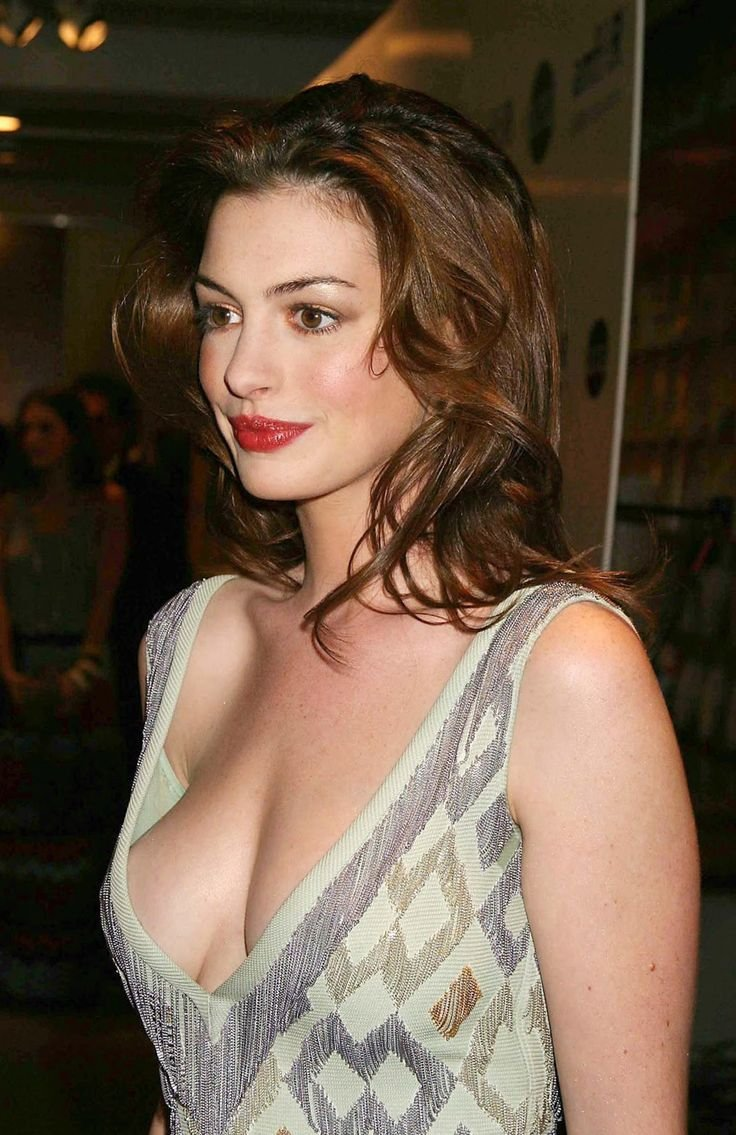 hot cleavage pic of anne hathaway in stunning gown looking damn hot