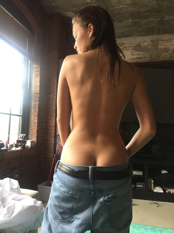 Lili Simmons showing ass crack in baggy jeans