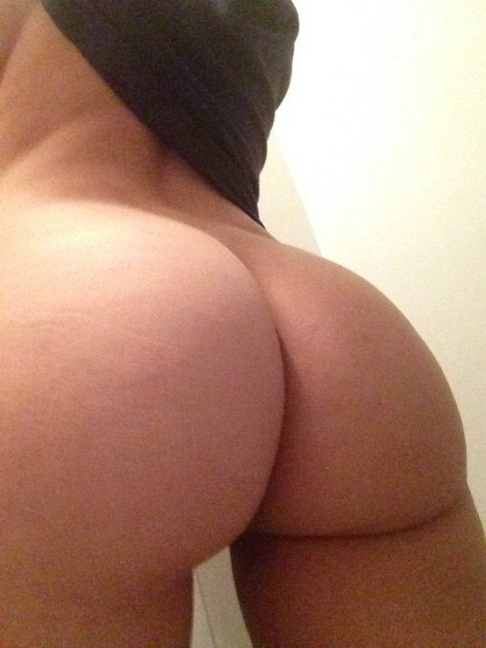 New leaked pic of Em Rata's ass
