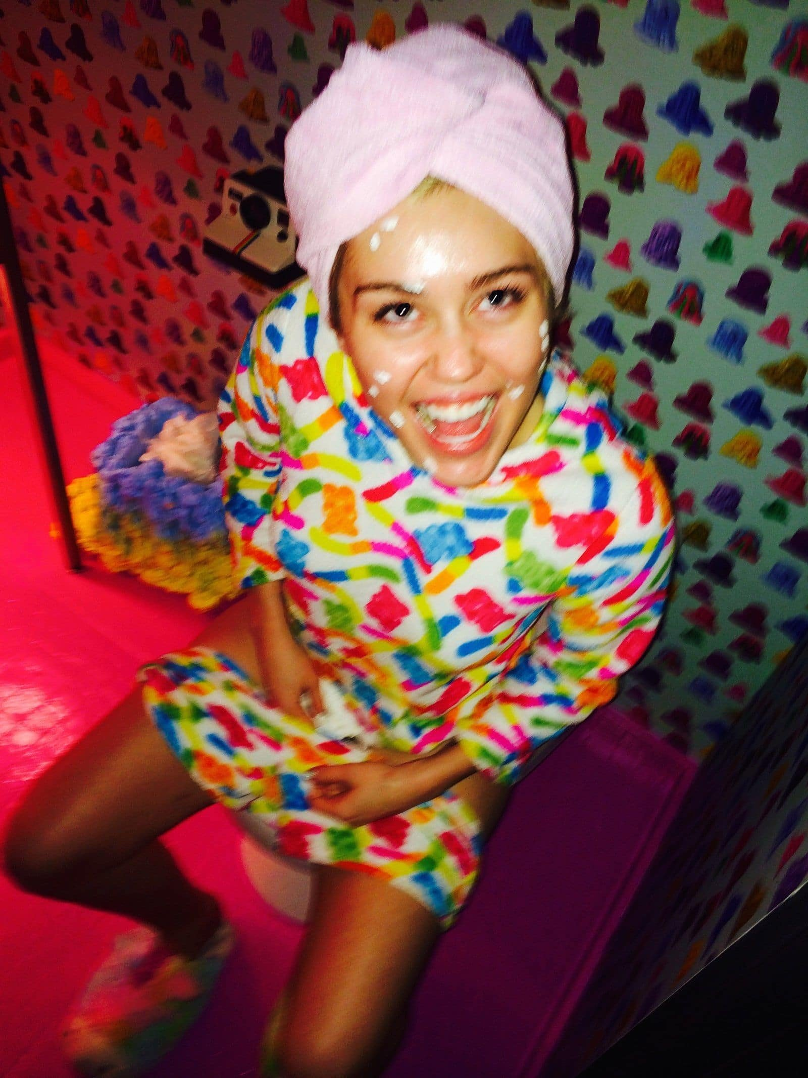 Miley Cyrus peeing wearing a head wrap