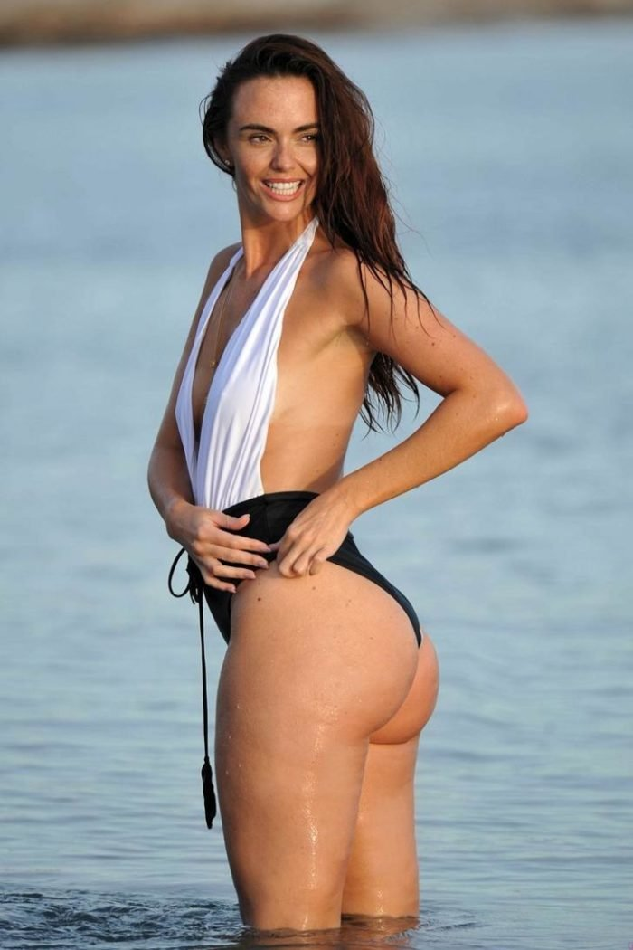 Jennifer Metcalfe modeling her bottom in the water