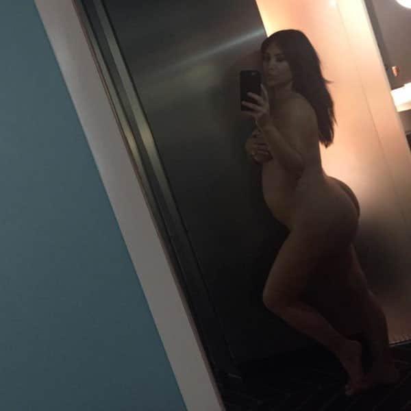 Kim Kardashian takes a naked pregnant pic