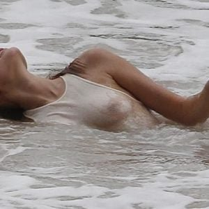 Toni Garrn see through white t-shirt in the ocean (1)